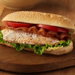 Sándwiches de Pescado con Tocino, Lechuga y Tomate